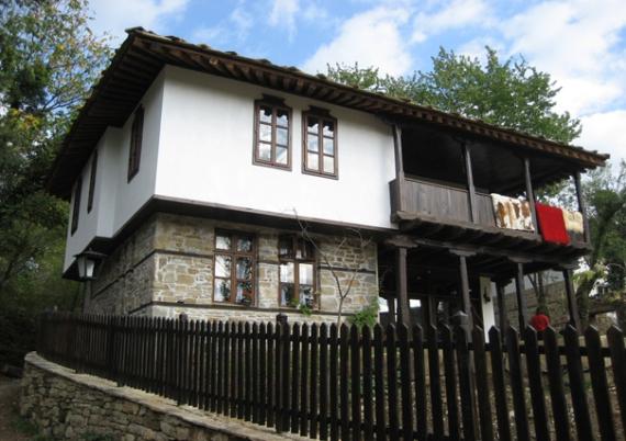 Традиционна дървена къща