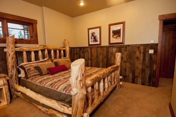Спалня от състарена дървесина