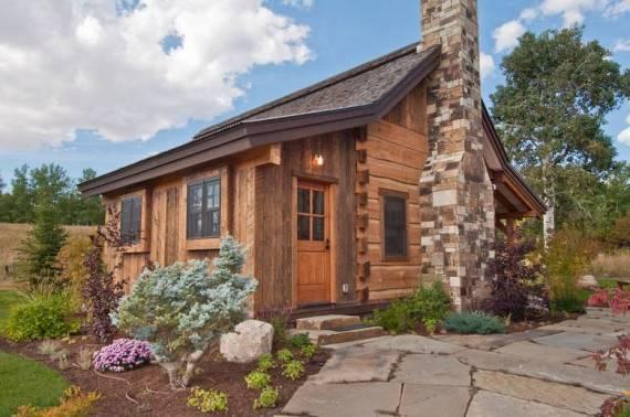 Малка дървена къща от употребявана дървесина